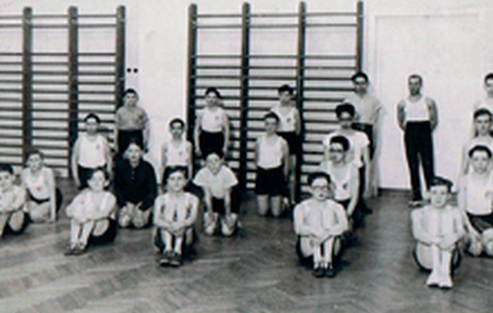 Olek Leiman (in the middle knelt) at Hebrew Gymnasium. Kraków in the 1930s.