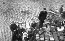 Henryk Münch in front of Archiwum Akt Dawnych. Kraków 1944.
