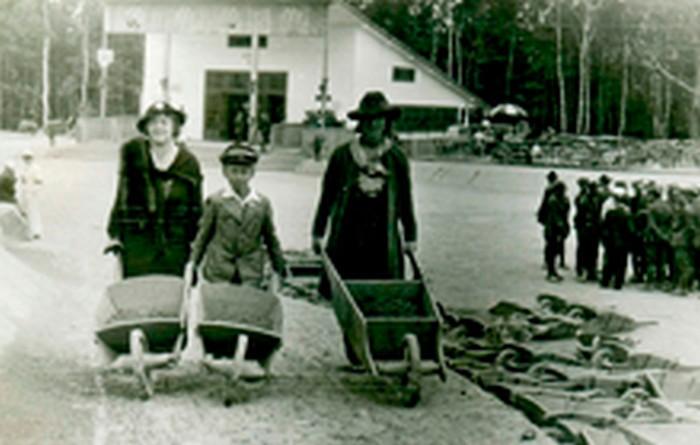 Marian Młynyraski with his mother and a nanny while building Piłsudski Mound. Kraków 1935.