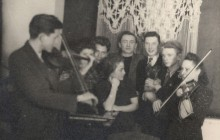 Teresa (in the middle) at her home. Her mother, Anna, and Lucjan Leśniak (pseudonym Zwinny) playing the violin. Kraków 1944.