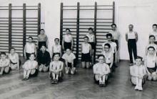 Olek Leiman (pośrodku klęczy przy drabinkach) w Gimnazjum Hebrajskim, Kraków lata 30. XX w. wł. prywatna