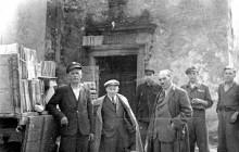Henryk Münch, przenoszenie zbiorów oo. benedyktynów do Archiwum Akt Dawnych przed wkroczeniem Armii Czerwonej, Tyniec koniec 1944 r. , wł. prywatna