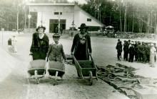 Marian Młynarski z matką i nianią przy budowie kopca Piłsudskiego, Kraków 1935 r., wł. prywatna