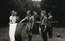 """Konspiracyjne przyrzeczenie """"Zawiszy"""" w Dolinie Będkowksiej na polanie Akanta, 23 IV 1944 r., od  lewej Marian Młynarski, Edward Więcek, Kazimierz Lisiński, Mieczysław Mysiński, wł. MHK"""