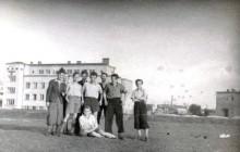 Odprawa drużynowych  Zawiszy na Błoniach 17 V 1944 r. Od lewej: A. Reuss, M. Młynarski, E. Więcek, J. Sajboth, J. Mysiński, siedzi M. Mysiński, wł. MHK