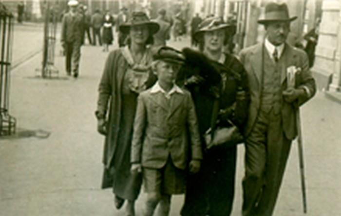 Marian Młynarski z rodzicami. Od prawej ojciec Feliks, matka Maria i niania Wanda       Wróblewska, Warszawa lata 30., wł. prywatna.
