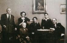 Rodzina Horowitzów, od lewej siedzą: Sara, Regina i Dolek, stoją: Szachne, Niusia i Ryszard, Kraków, 1955, wł. Niusi Horowtiz-Karakulskiej