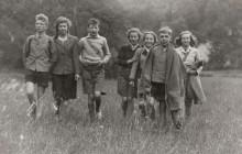 Teresa (trzecia od prawej) wraz z harcerzami i harcerkami Drużyny Zawiszy, Kraków 1943 r., wł. prywatna