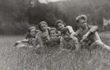 Teresa ( trzecia od prawej) wraz z harcerzami i harcerkami Drużyny Zawiszy, Kraków 1943 r., wł. prywatna
