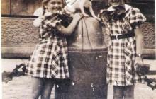 Rena i Halina Wohlfeiler z pieskiem Kropelką na Rynku Głównym, Kraków przed 1939, wł. prywatna