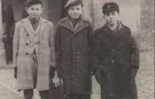 Henryk Meller z kolegami, po lewej Marian Bisztyga, po prawej Halpern, Kraków, po 1947 r., wł. Henryka Mellera