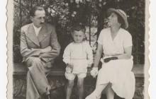 Janusz Tomaszewski z rodzicami, Zofią i Wacławem, na Wawelu, 1936, wł. Janusza Tomaszewskiego